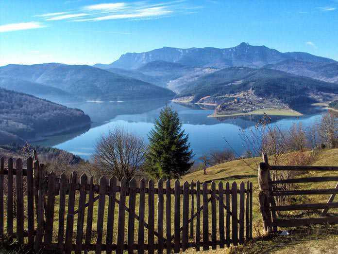 lacul Izvorul Muntelui Bicaz - hoto credit pensiunealostrita.ro