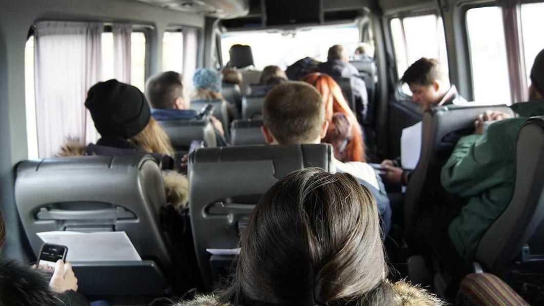 Elevii domiciliați în altă localitate față de școală trebuie să depună cerere pentru decontarea navetei