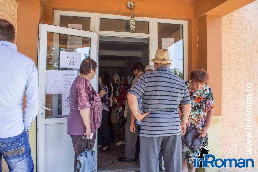 Aglomeratie la una din sectiile de votare de la Horia