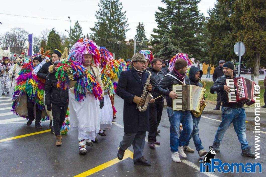 """Foto: Zeci de urători în oraș. Festivalul de Datini, """"sabotat"""" de E.ON 24"""