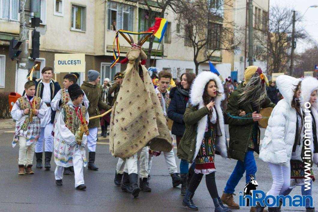 """Foto: Zeci de urători în oraș. Festivalul de Datini, """"sabotat"""" de E.ON 12"""