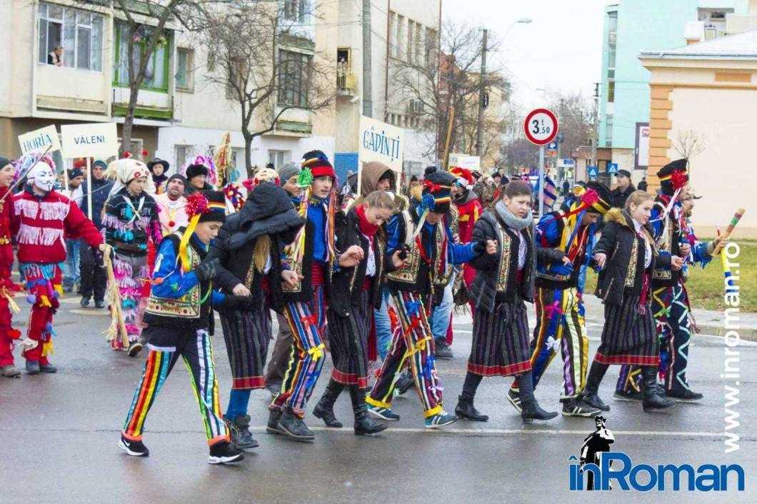 """Foto: Zeci de urători în oraș. Festivalul de Datini, """"sabotat"""" de E.ON 7"""