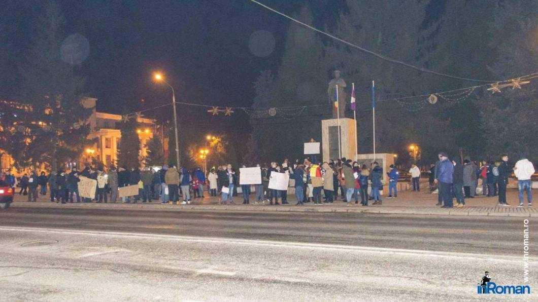 Peste 100 de persoane protestează la Roman 1