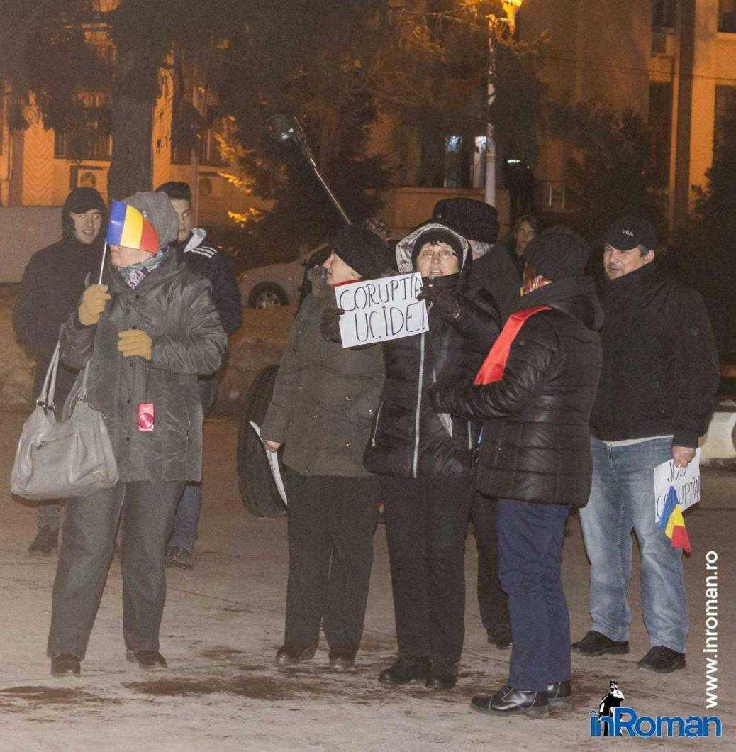Peste 100 de persoane protestează la Roman 3