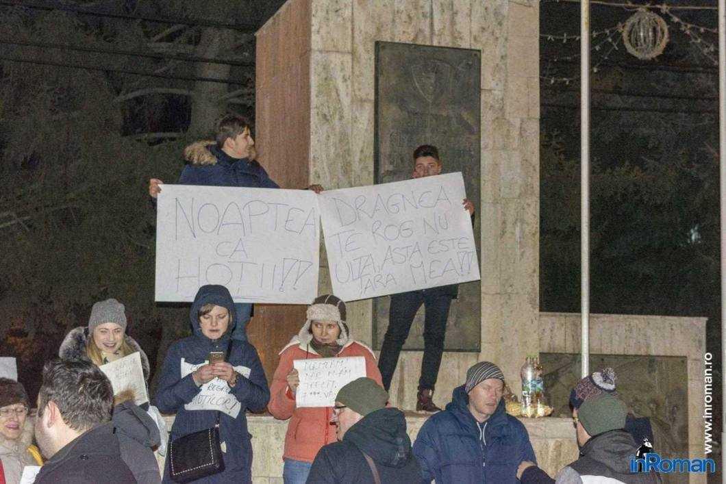 Peste 100 de persoane protestează la Roman 4