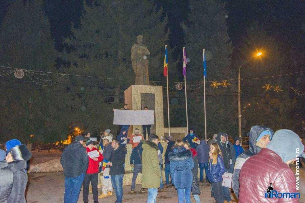 Peste 100 de persoane protestează la Roman 5