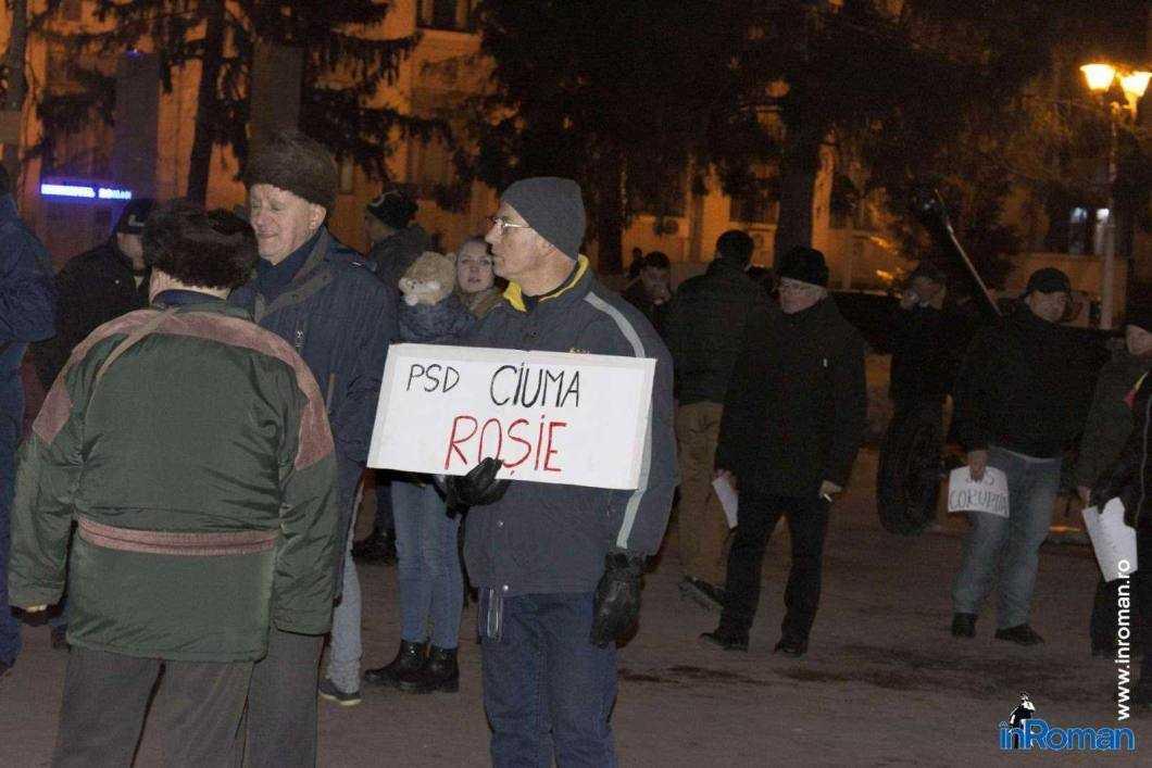 Peste 100 de persoane protestează la Roman 6