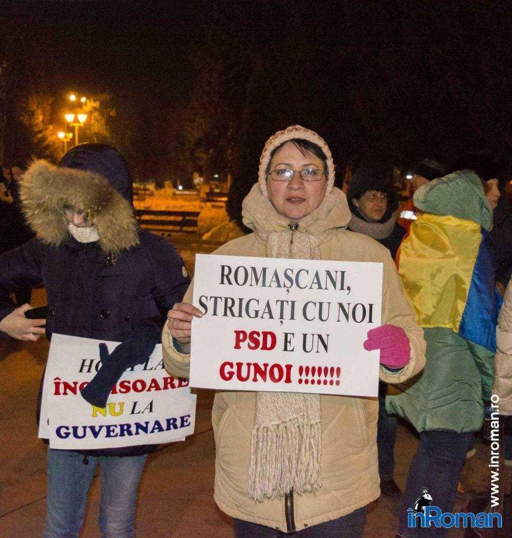 Peste 100 de persoane protestează la Roman 8