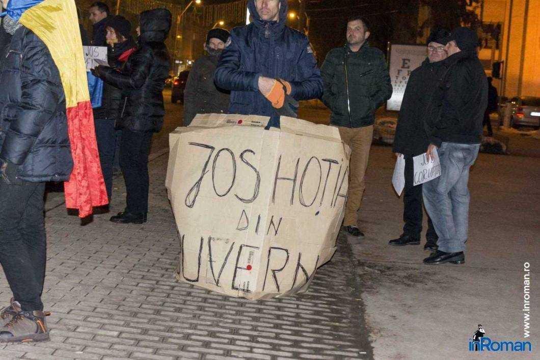 Peste 100 de persoane protestează la Roman 9