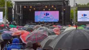 spectacol Carrefour umbrele ploaie 0657