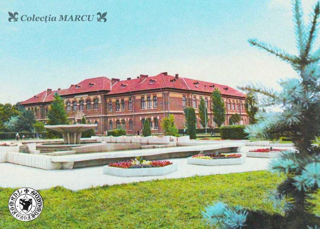 1070, arteziana din fața Primăriei, vedre spre Liceul Roman-Vodă (carte poștală ilustrată)