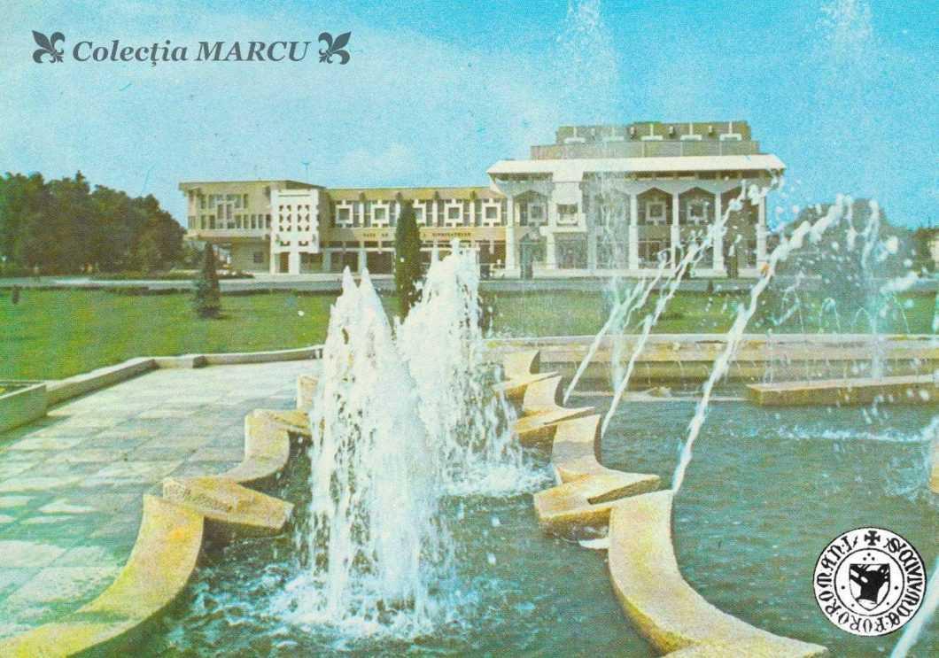 1975, Roman, Casa de Cultură a Sindicatelor, fântâna arteziană (carte poștală ilustrată)