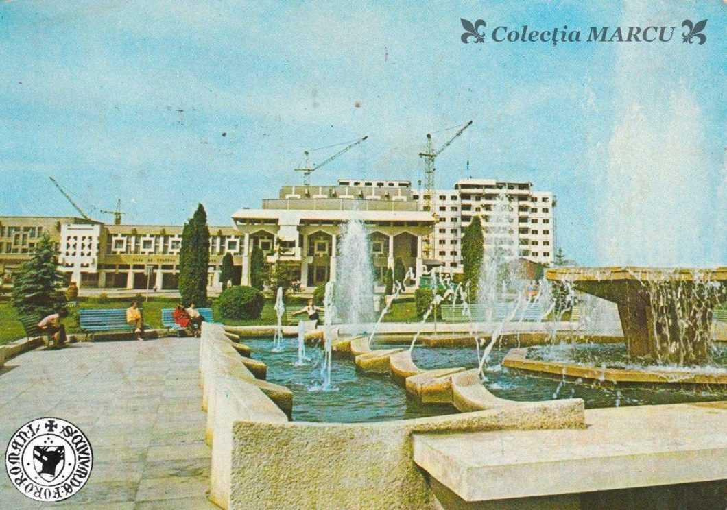1982, Roman, Casa de Cultură a Sindicatelor, fântâna arteziană (carte poștală ilustrată)