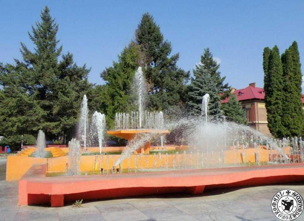 Cromatica fântânii arteziene din fața Primăriei în perioada 2009-2015, foto din colecția Bogdan Goim