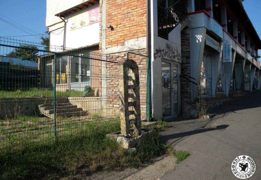 august 2019, fosta fântână arteziană din fața fostului sediu al firmei Bogardens, în prezent demolată