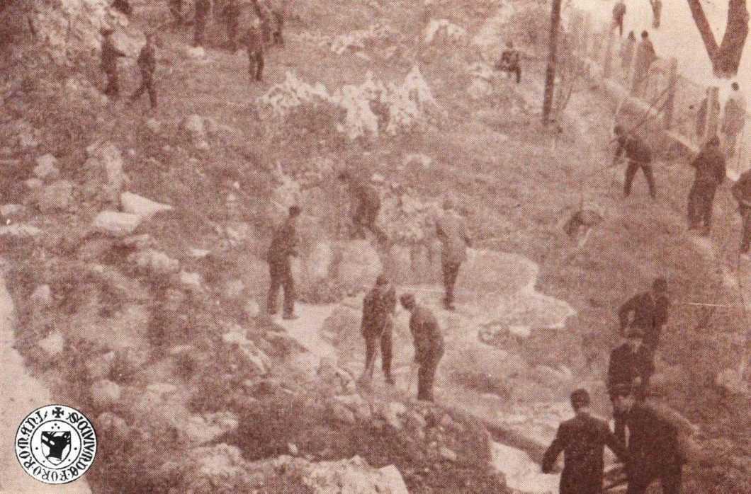 Elevi de la Roman-Vodă amenajând terenul geografic, anul 1972 - în centru, bazinul era amenjat de o mini-cascadă
