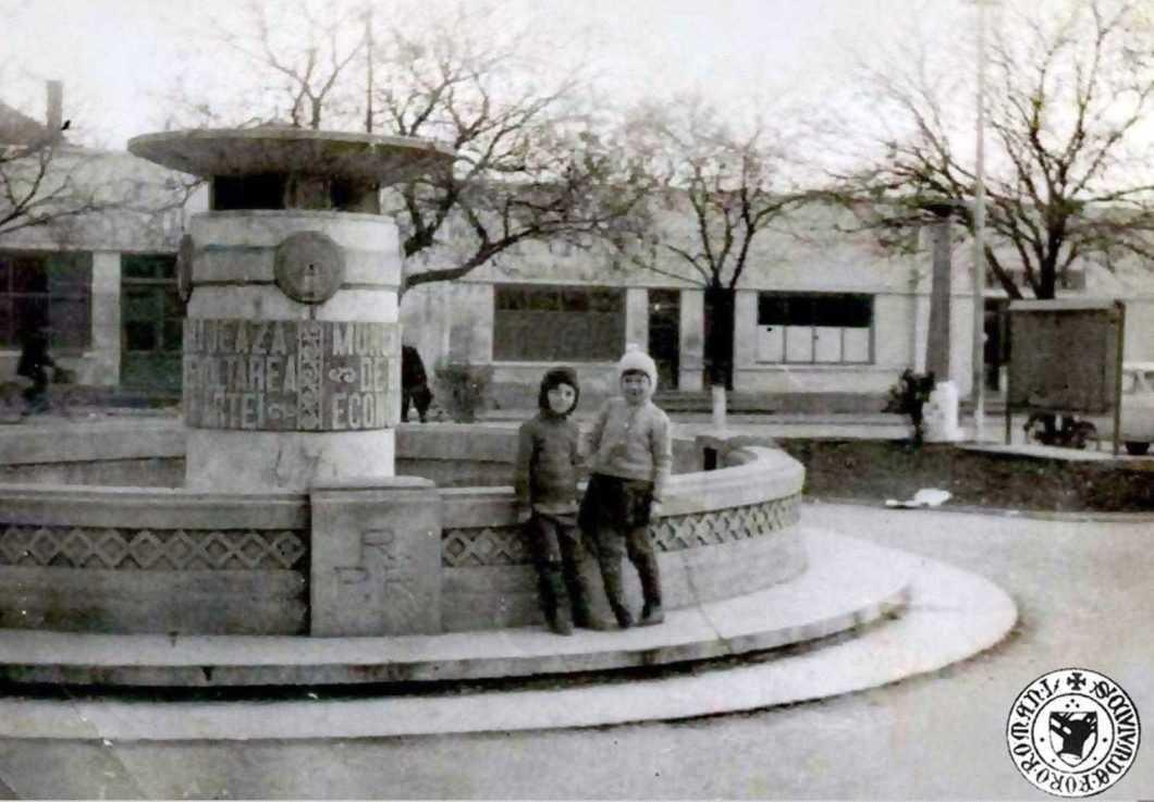 Roman, fântâna arteziană din Piața Halei (Micul Rond) în 1970, în prezent demolată, foto Livia Luca